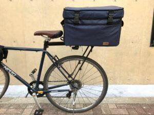 ウーバーイーツ 自転車に配達バッグを固定した様子