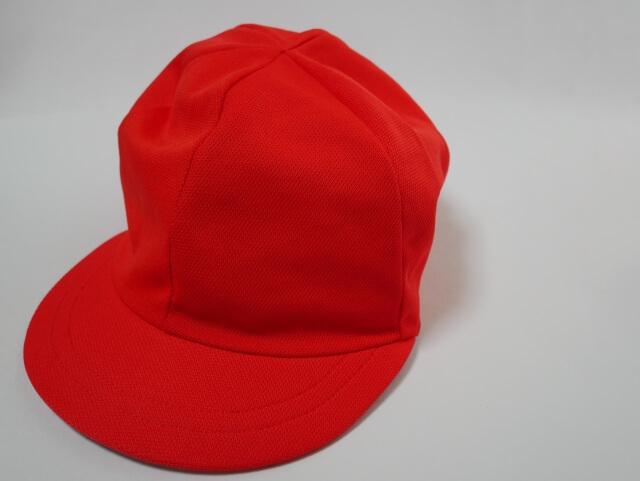 出前館業務委託配達員専用の帽子を拠点で受け取る様子